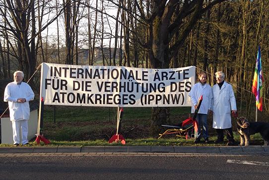 Mitglieder der IPPNW Bremen organisierten am 15. April eine Blockade im Rahmen von Büchel65. Foto: buechel-atomwaffenfrei.de