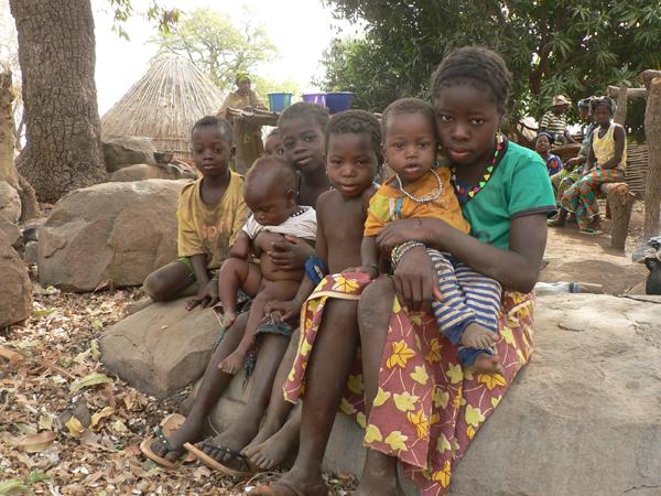 Kinder in einem Dorf, das unmittelbar von den Probebohrungen betroffen ist