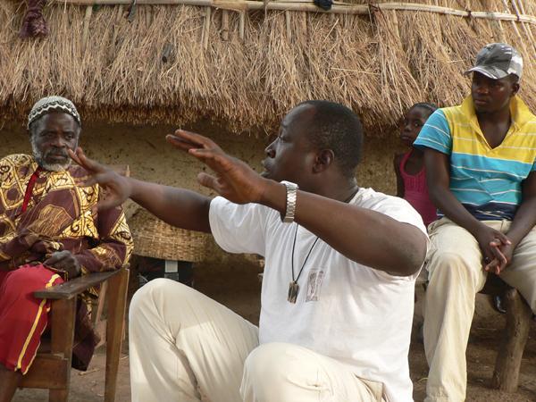 Diskussionsrunde im betroffenen Dorf Falea