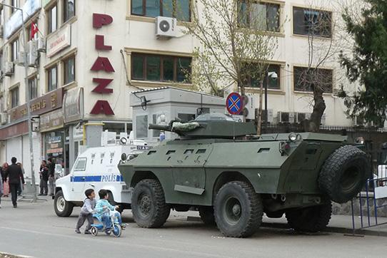 Polizei- und Panzerpräsenz in Diyarbakir, März 2016. Foto: IPPNW