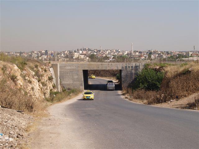 Eine Durchfahrt unter einer Siedlerstraße