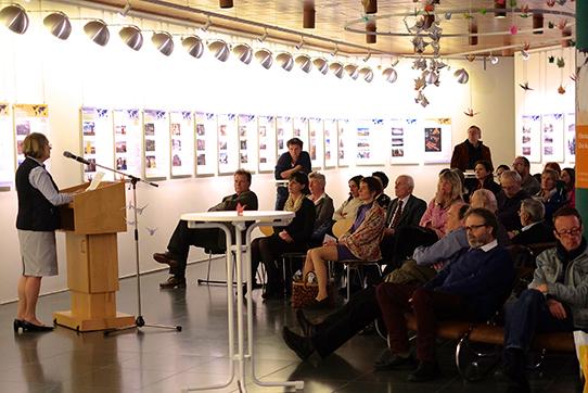 """Vortrag von Dr. Dörte Siedentopf auf der Ausstellungseröffnung """"Hibakusha Weltweit"""" in Mainz. Foto: William Liu/Soja Gakkai"""