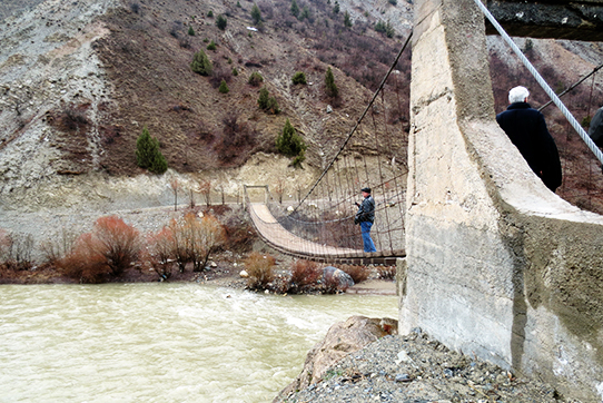 Hängebrücke über den Fluß Zap