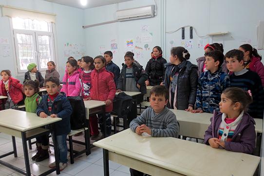 Syrische Flüchtlingskinder: Unterricht im Frauenzentrum in Diyarbakir. Foto: Gisela Penteker/IPPNW