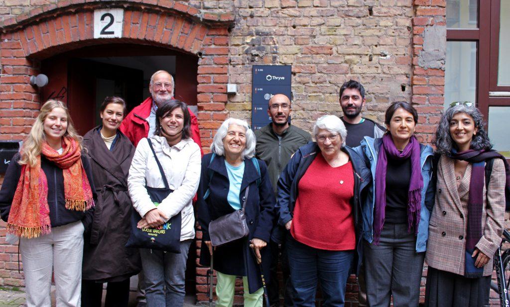 Gäste und Gastgeber*innen vor der IPPNW-Geschäftsstelle in Berlin