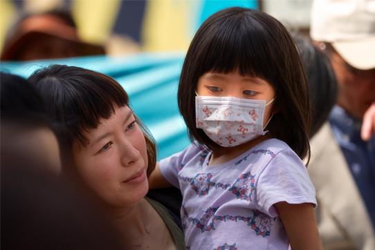 Eine Mutter und ihre Tochter demonstrieren in Koriyama/Japan. Foto: Alexander Tetsch