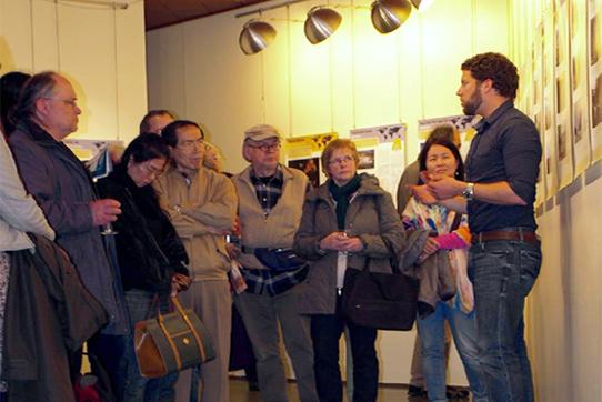 Alex Rosen im Gespräch mit Ausstellungsbesuchern. Foto: Fabio Martire