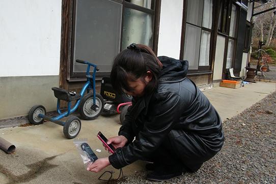 Minako Kanno misst Radioaktivität an ihrem Haus in Date in der Präfektur Fukushima.