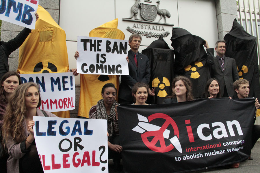 ICAN protestiert vor den Botschaften der Staaten, die einen Verbotsvertrag blockieren wollen. Foto: ICAN
