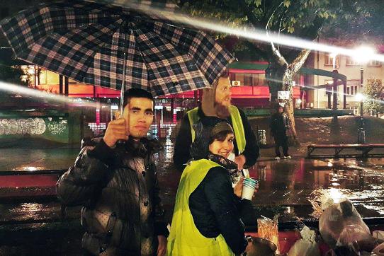 Belgrad: HelferInnen verteilen im Park Suppe an Flüchtlinge. Foto: Franziska Pilz