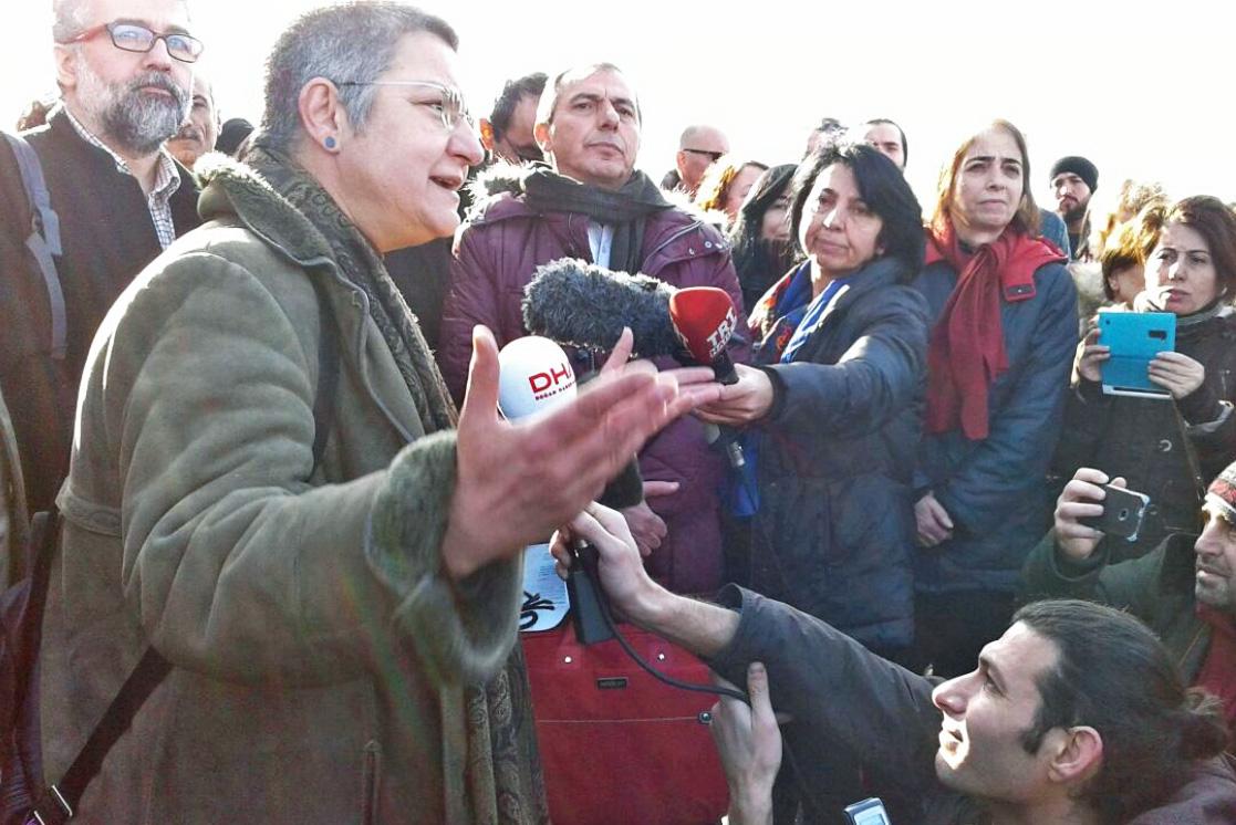 Vor Gericht: Sebnem Korur Financi, Erol Önderuglu, Ahmet Nesin und Inan Kizilkaya - Istanbul, 11. Januar 2017. Foto: TIHV/Twitter
