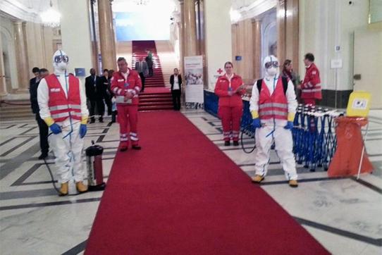 Delegierte, die in der Wiener Hofburg ankamen, wurden zunächst von Mitarbeitern des Internationalen Roten Kreuzs dekontaminiert. Foto: IPPNW/Alex Rosen