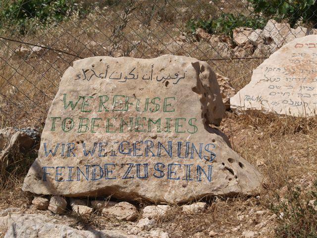 """""""Wir weigern uns Feinde zu sein"""" steht am Eingang des bekannten  """"Tent of Nation"""" in Nahalin in der Nähe von Bethlehem"""