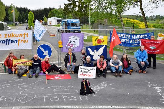 Mitglieder der IPPNW-Gruppe Stuttgart und Stuttgart-Gegner/innen am 14. Mai 2015 in Büchel. Foto: Uwe Hiksch
