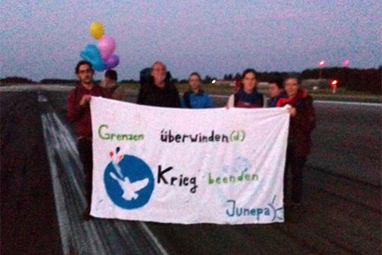 Büchel Blockade der Startbahn des Fliegerhorstes