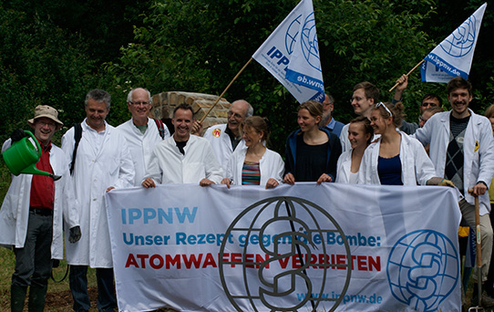 IPPNW-Ärztinnen, Ärzte und Medizinstudierende bei den Protestaktionen gegen die am Fliegerhorst Büchel stationierten Atomwaffen, Foto: IPPNW