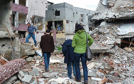 In den Trümmern eines zerstörten Viertels in Cizre. Foto: privat