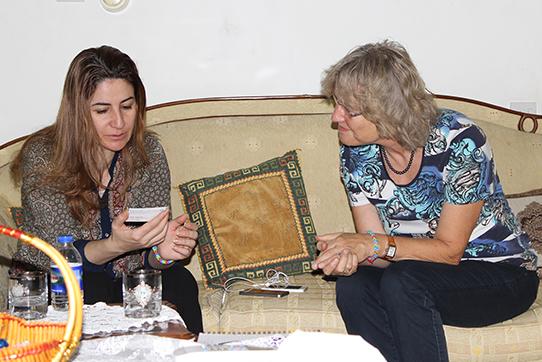 Dr. Angelika Claußen (IPPNW) im Gespräch mit Viyan Dakhlil, der einzigen Yezidin im irakischen Parlament, die gerade mit dem Anna-Politkowskaja-Preis ausgezeichnet wurde.