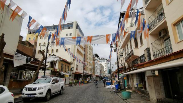 Fahnen vor den Wahlbüros der Parteien in Diyarbakir