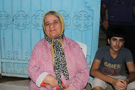 Eine geflüchtete Frau und ein Junge, die im assyrischen Kulturzentrum aufgenommen wurden.