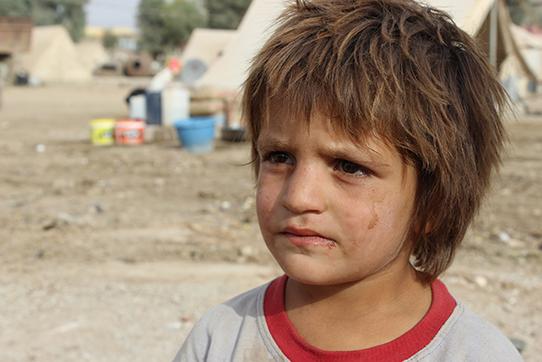 Ein Kind im nicht offiziellen Flüchtlingscamp Xanki. Der yezidische Großgrundbesitzer Ali Ezid hatte sein Feld zur Verfügung gestellt und kümmert sich laufend um die Angelegenheiten der Flüchtlinge.