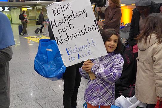 Demonstration gegen Abschiebungen nach Afghanistan am 14.12.2016 am Frankfurter Flughafen. Foto: IPPNW