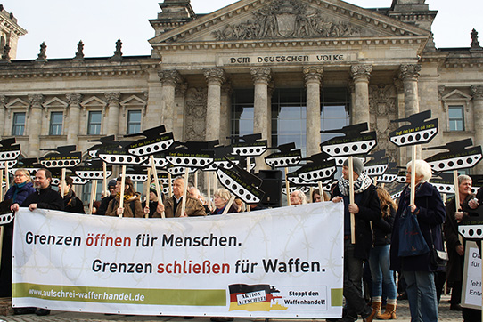 """Aktionstag der Kampagne """"Aktion Aufschrei - Stoppt den Waffenhandel"""" vor dem Deutschen Bundestag am 26. Februar 2014"""