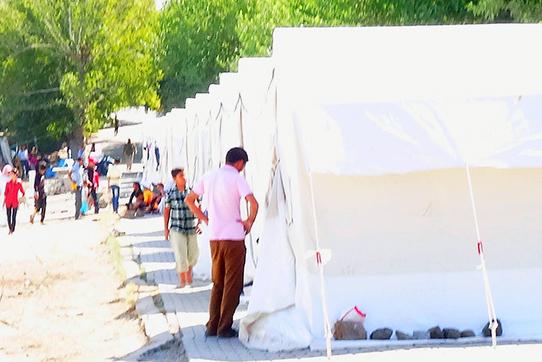 Die meisten Menschen lebten in Zelten, in denen es elektrisches Licht gab. Aber es gab auch noch zahlreiche Familien, die ihren Bereich lediglich mit Plastikplanen und Decken abgesteckt und kein Dach über dem Kopf hatten.