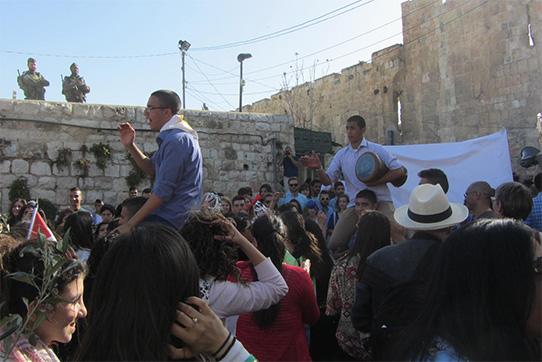 Prozession am Palmsonntag, mit Tausenden, die vom Ölberg herunter zum Löwentor nach Jerusalem pilgern.