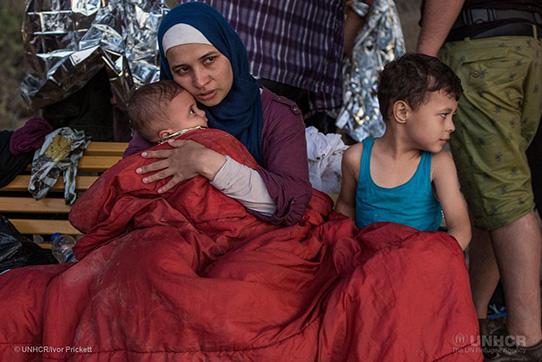 Die syrische Geflüchtete Asmaa drückt ihr sechs Monate altes Baby an sich. Sie floh mit ihrer Familie aus ihrem Zuhause in der Nähe von Damaskus und reiste durch Libanon und die Türkei, bevor sie über das Meer nach Griechenland übersetzte. Als das Boot zu sinken drohte, warfen die Passagiere alles über Bord. Die Familie verlor ihr sämtliches Hab und Gut einschließlich ihrer Pässe. © UNHCR/Ivor Prickett