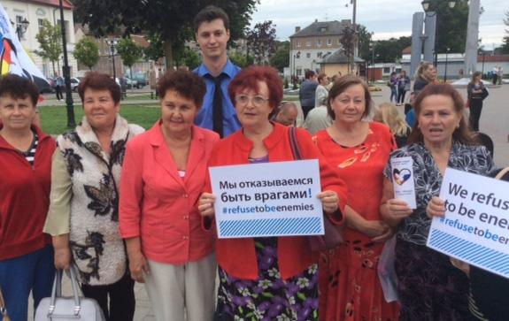 """Frauen in Gwardeisk unterstützen die Social-Media-Kampagne """"We refuse to be enemies"""". Alexander Steffens (IPPNW) in der zweiten Reihe. Foto: privat"""