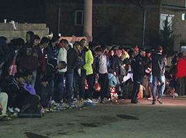 An der serbisch-mazedonischen Grenze: Hunderte warten auf den Bus. Foto: Franziska Pilz